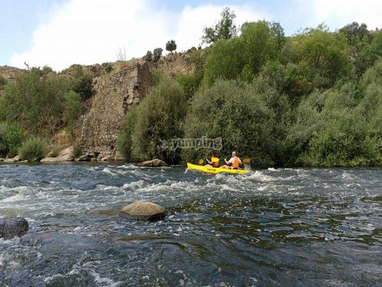 Kayaking in families in river Tormes
