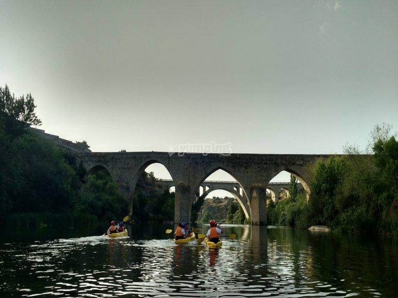 Paseo por puente romano en piragua Tormes