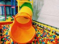 Laberinto de bolas en el parque infantil