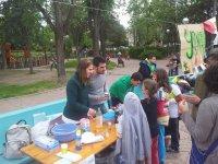 ninos y jovenes en una mesa con muchos materiales