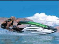 mujer conduciendo una moto de agua