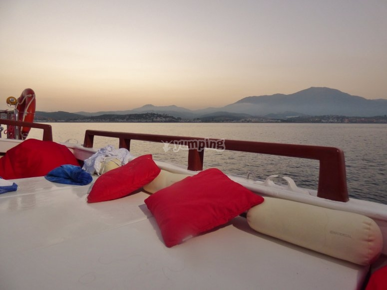 Zona chillout en el barco en Estepona
