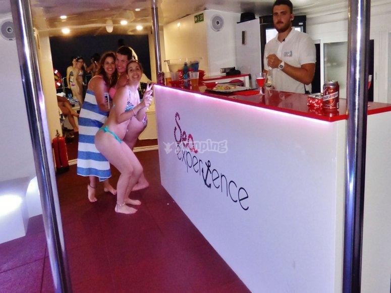 Barra de bar en el barco en Estepona