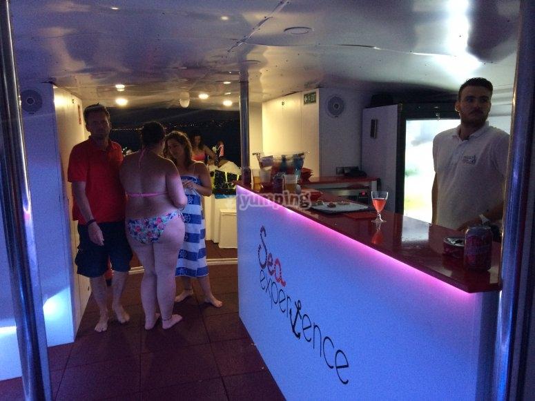 Bebidas a bordo del barco en Estepona
