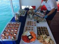 Barco con música Estepona aperitivos y barra libre