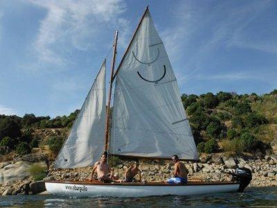 Giro in barca a vela nel bacino idrico di El Burguillo 2 ore