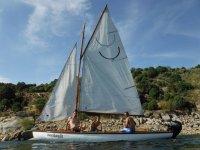 Paseo en velero en embalse