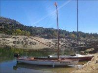 Barcos en la orilla del embalse