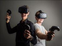 玩虚拟现实的朋友