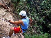 垂降在山区速降登山运动攀岩墙