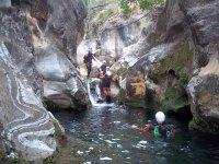 在RioGrandeMálaga溪降,有4张照片