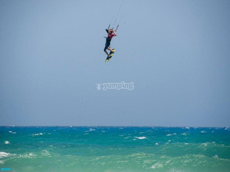 Salta haciendo kitesurf