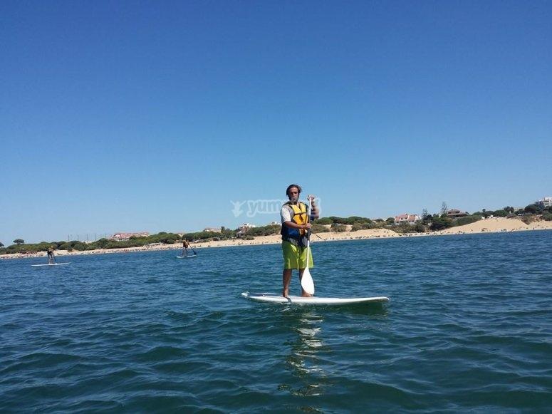 chico practicando paddle surf