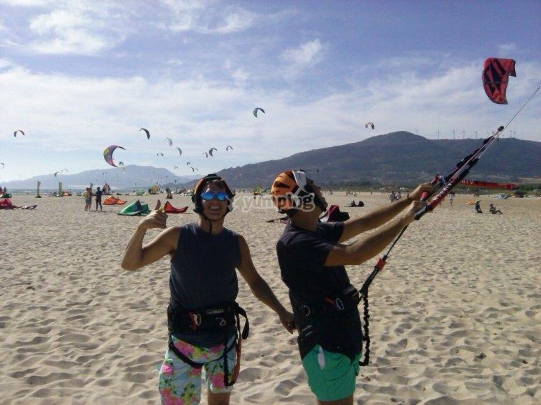 朋友准备好一个下午的风筝冲浪