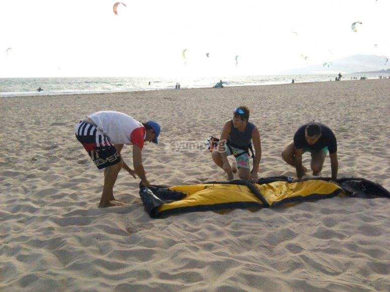 完成一天的风筝冲浪