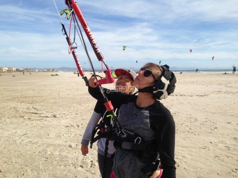 单手操纵风筝冲浪帆