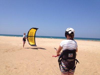 Conil的风筝冲浪启动课程