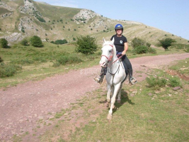 Bajando por el camino a caballo