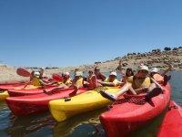 Jóvenes a bordo de los kayaks