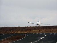 两个超轻型飞行中的飞机飞行
