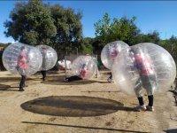 Jugando al fútbol burbuja