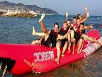 在Terramar海滩的香蕉加多福饼小船