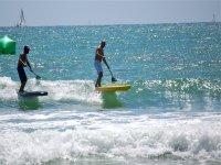 Amigos practicando paddle surf