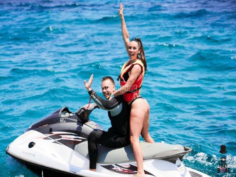 Scopri le acque blu di Ibiza con il jet ski