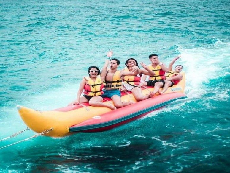 Naviga nella baia di Talamanca in banana boat