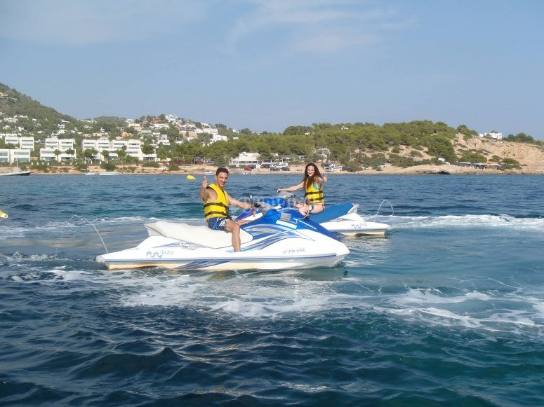 Percorso di jet ski attraverso Ibiza