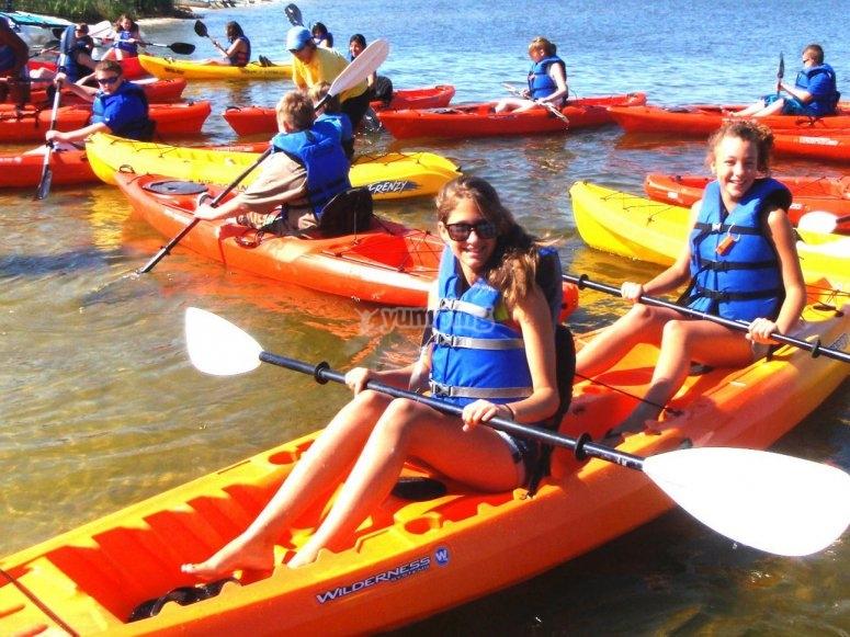Chicas entre el grupo de kayaks
