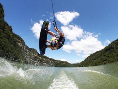 Lezioni di wakeboard nella palude di Sau, Vic