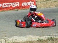 Piloto acelerando el kart