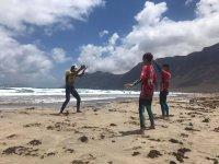 Famara海滩的冲浪课程