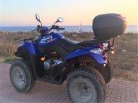 Potente quad frente a la costa menorquina