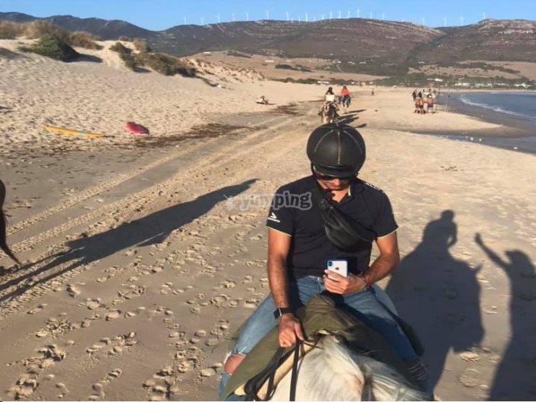 在马背上漫步海滩