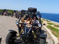 两个不同的路线以buggie或马洛卡的副驾驶地中海景观的控制