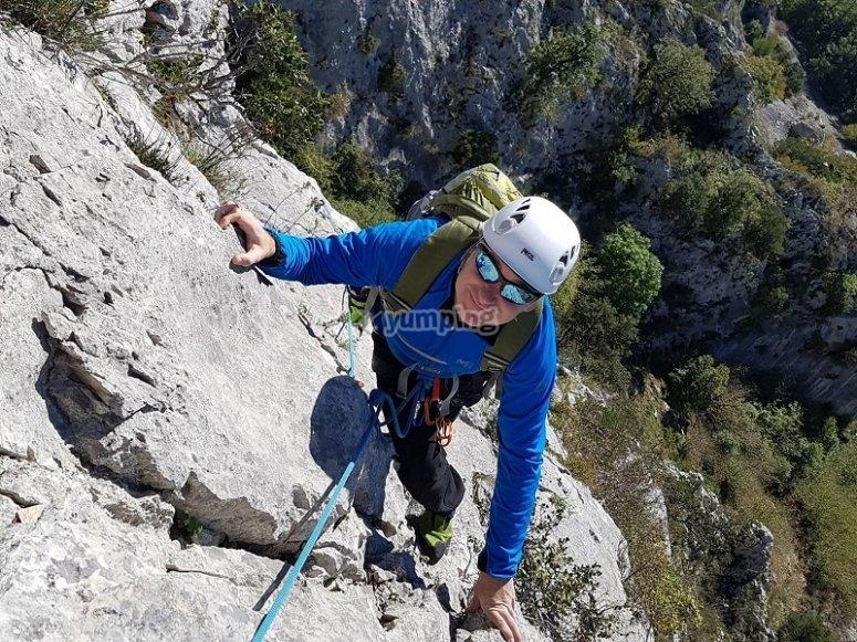 Practicando la escalada en roca