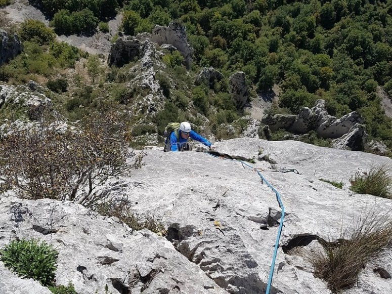 Sessione di arrampicata su parete naturale