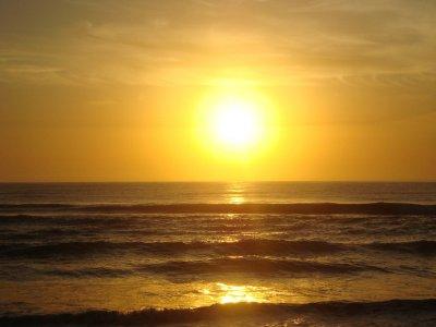 在特内里费岛的小船旅行在日落