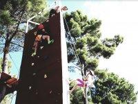 Rocodromo exterior en el campamento en Caceres