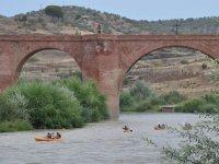 Pasando en kayak debajo del rio