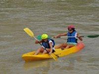 Dos chicas compartiendo embarcacion