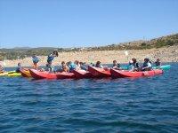 Todos en linea con los kayaks