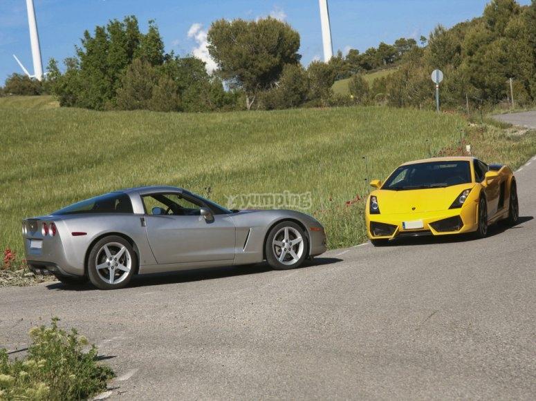 Lamborghini y corvette de frente