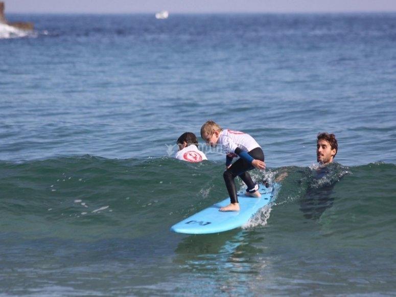 Praticare il surfing una piccola onda
