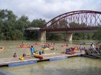 Embarcadero junto al puente