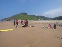 Surfisti che chiacchierano con il monitor nella sabbia