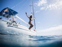 Saltando al oceano desde el barco