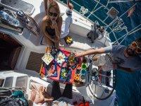 Comiendo durante el trayecto en barco